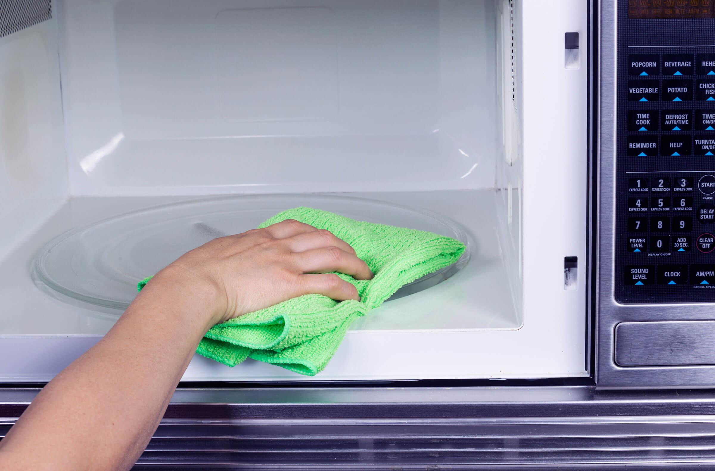 تمیز کردن مایکروویو در سه سوت!